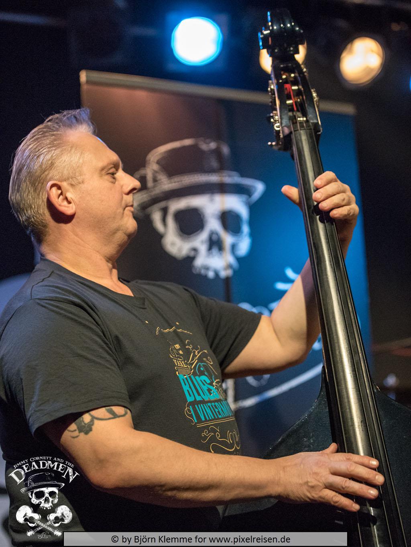 """Frank Jäger beim Konzert """"Jimmy Cornett and the Deadmen"""" in Hameln, Sumpfblume am 30.11.2019. Fotos: Björn Klemme"""